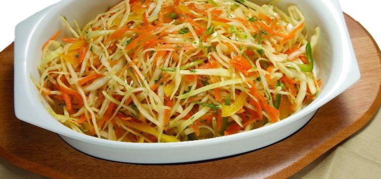 Салат зі свіжої капусти з соком імбиру