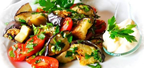 Теплий салат з баклажанів на грилі з черрі і зеленню
