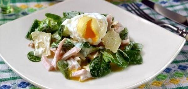 Салат весняний з яйцем пашот