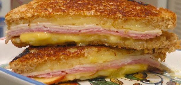 Гарячий сендвіч з сиром і шинкою
